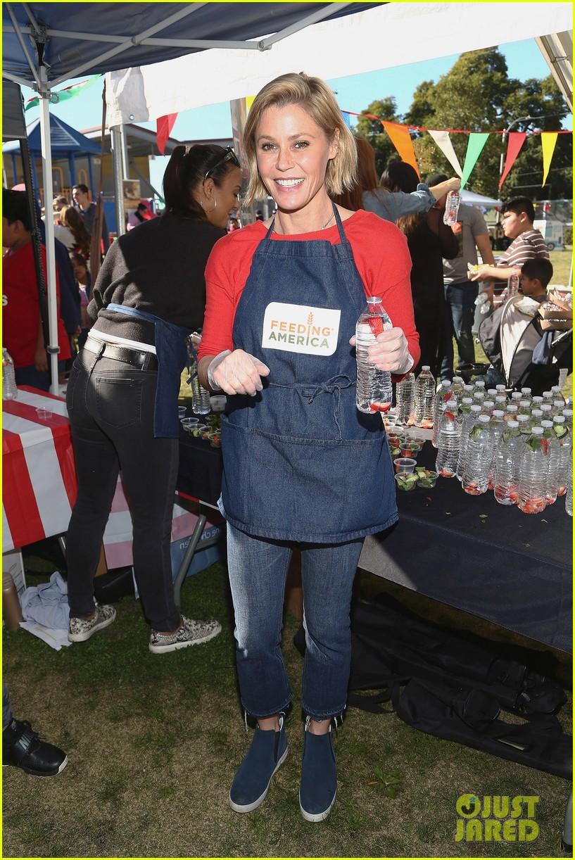 alexandra shipp julie bowen darby stanchfield volunteer at feeding america event 01