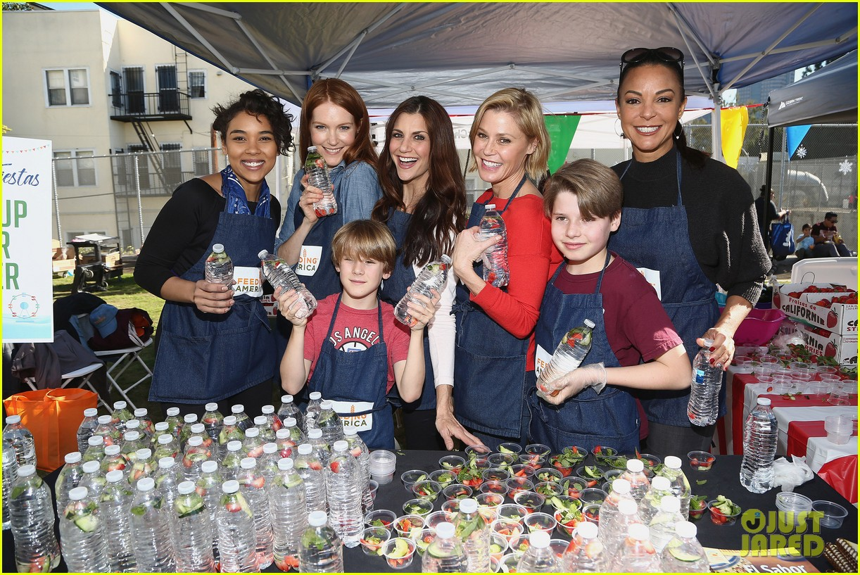 alexandra shipp julie bowen darby stanchfield volunteer at feeding america event 024199071
