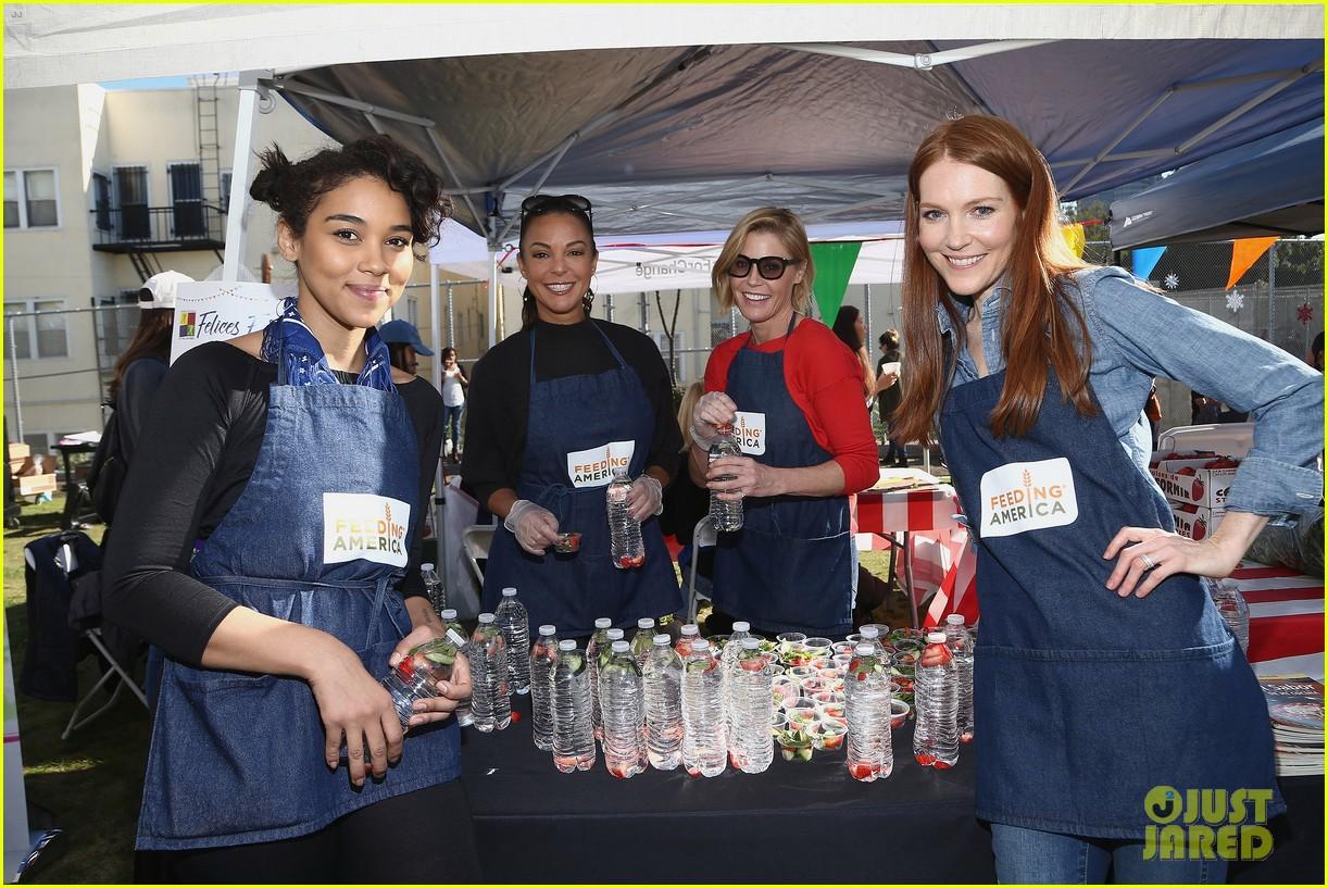 alexandra shipp julie bowen darby stanchfield volunteer at feeding america event 04