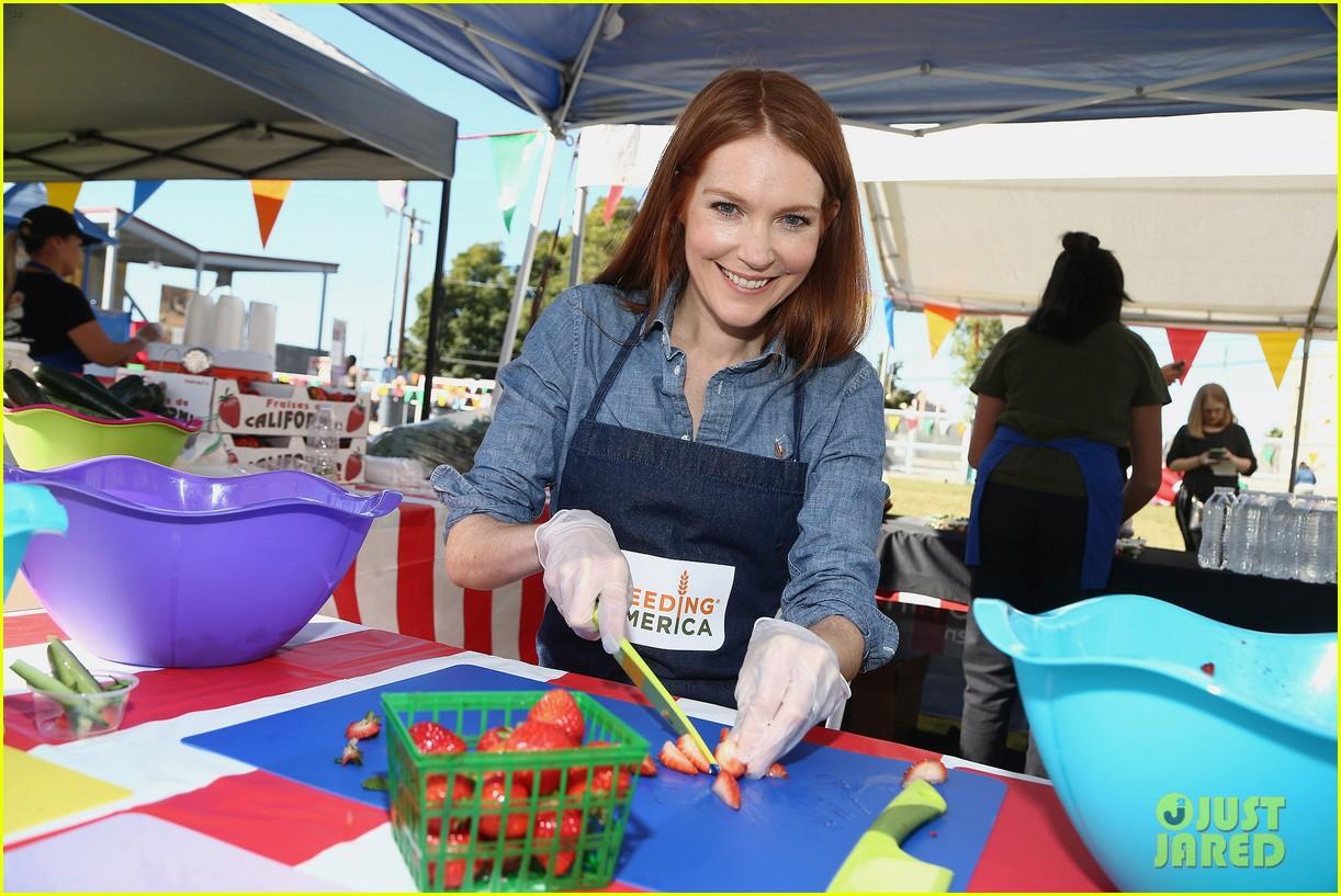 alexandra shipp julie bowen darby stanchfield volunteer at feeding america event 05