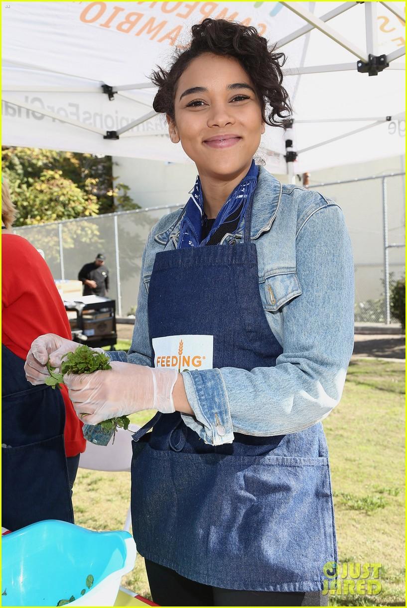 alexandra shipp julie bowen darby stanchfield volunteer at feeding america event 06