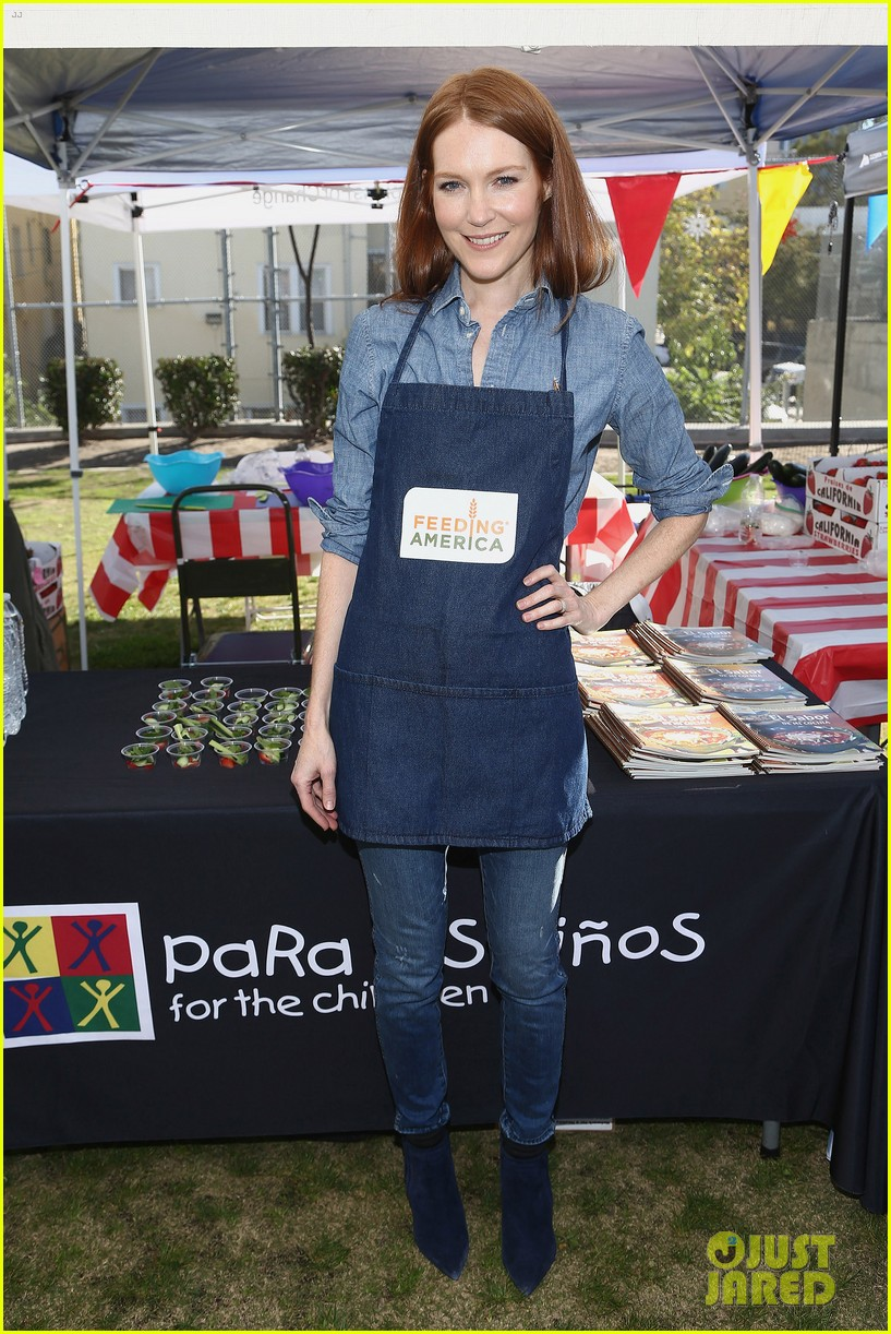 alexandra shipp julie bowen darby stanchfield volunteer at feeding america event 09
