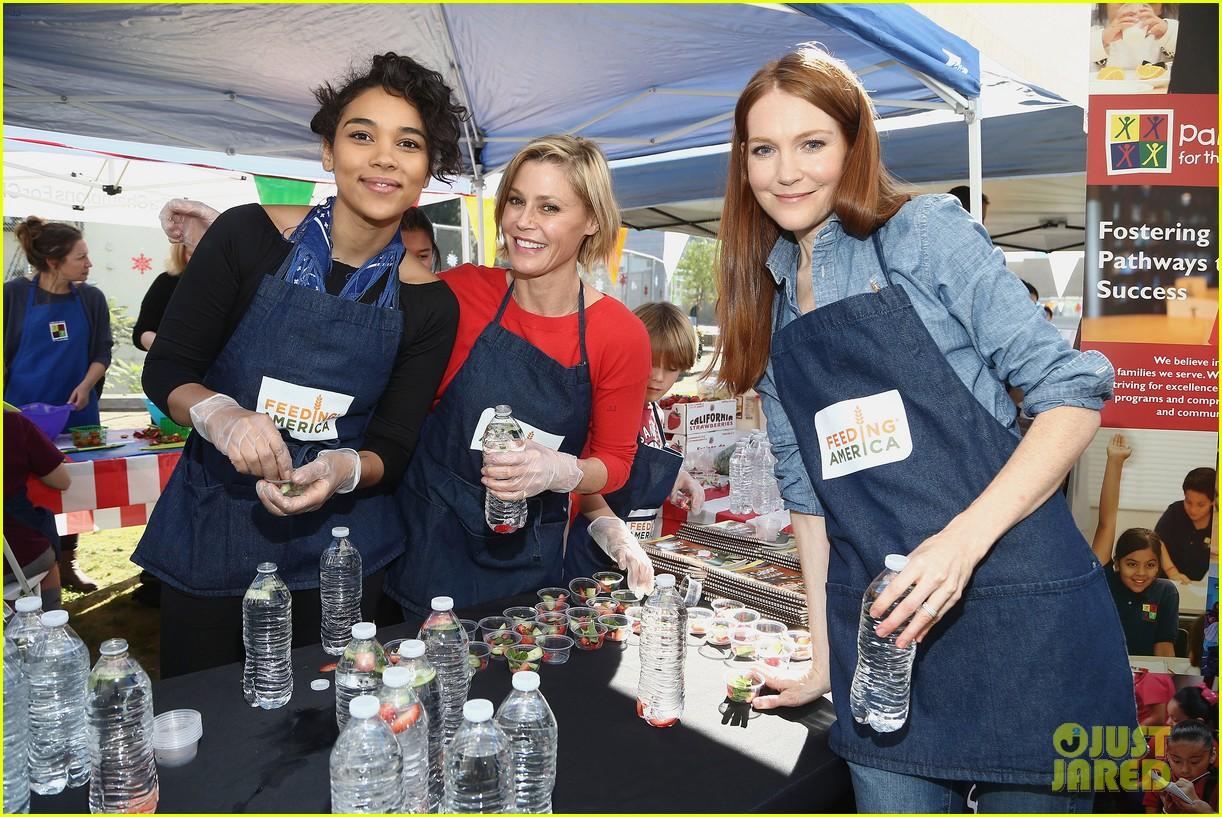 alexandra shipp julie bowen darby stanchfield volunteer at feeding america event 10
