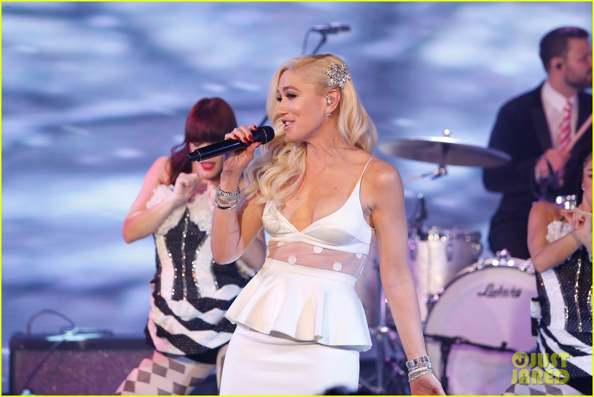 gwen stefani reveals the funny way she and blake shelton ruined each others presents 044195176