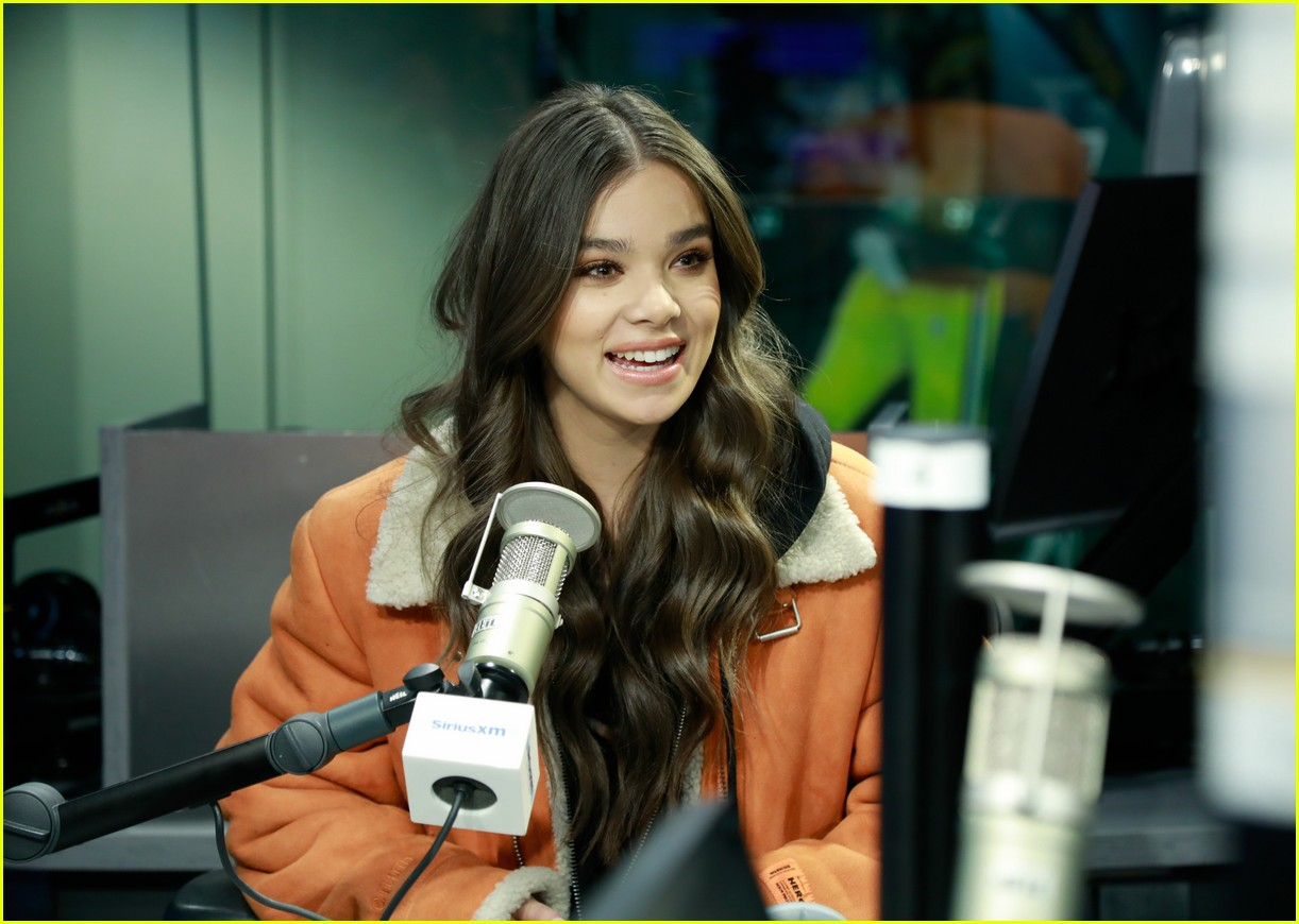 hailee steinfeld talks new music and conquering her fears on bumblebee set 014201259