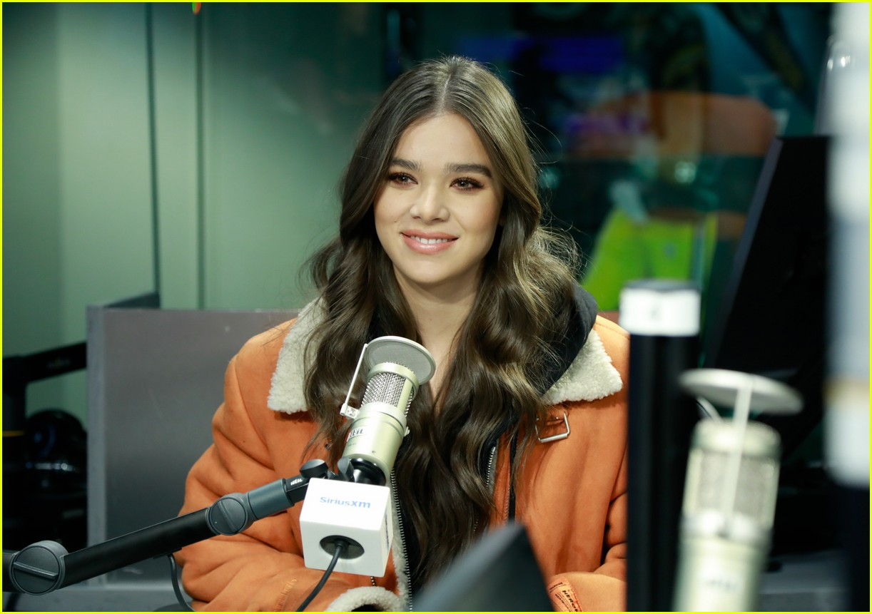hailee steinfeld talks new music and conquering her fears on bumblebee set 024201260