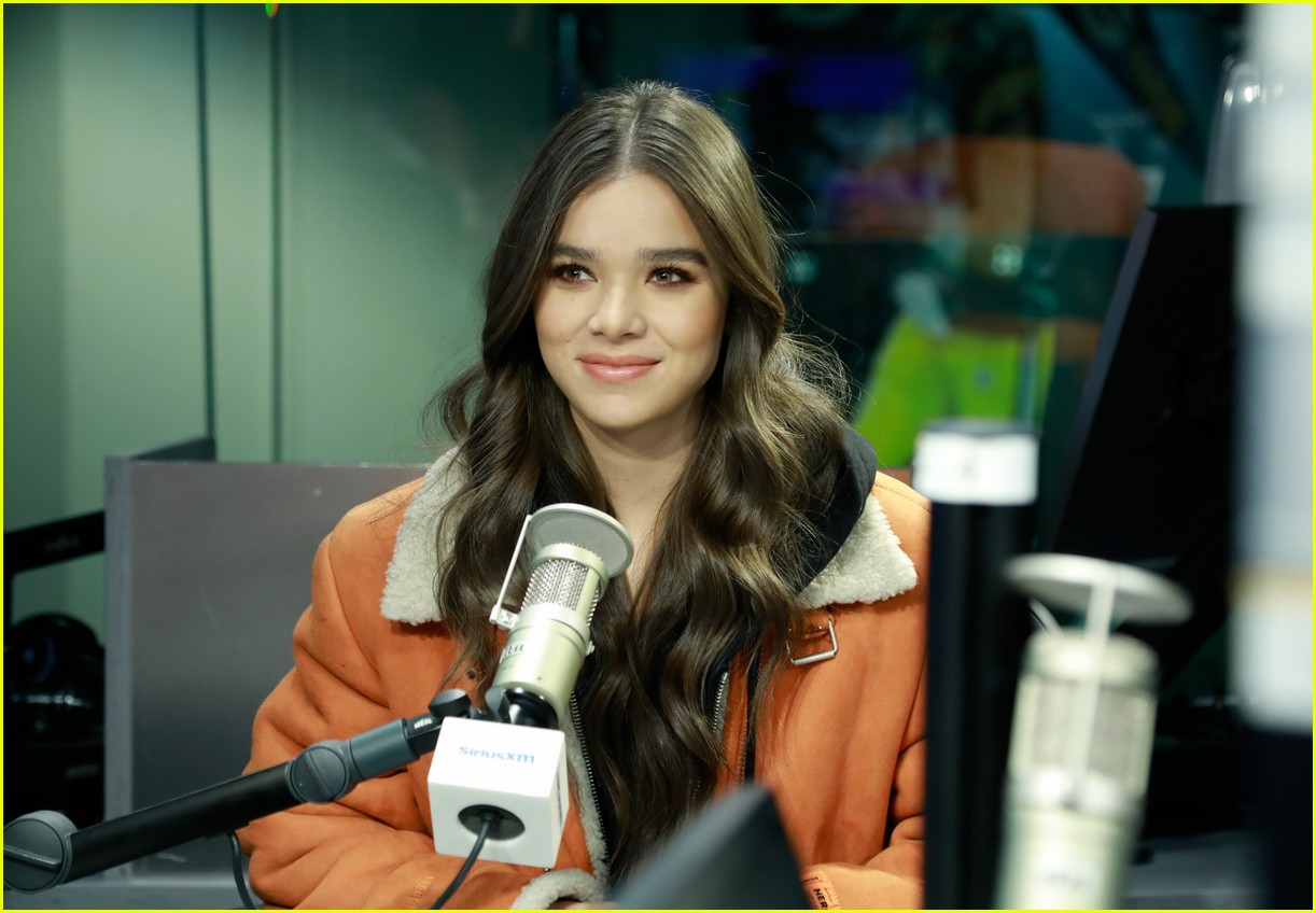 hailee steinfeld talks new music and conquering her fears on bumblebee set 034201261