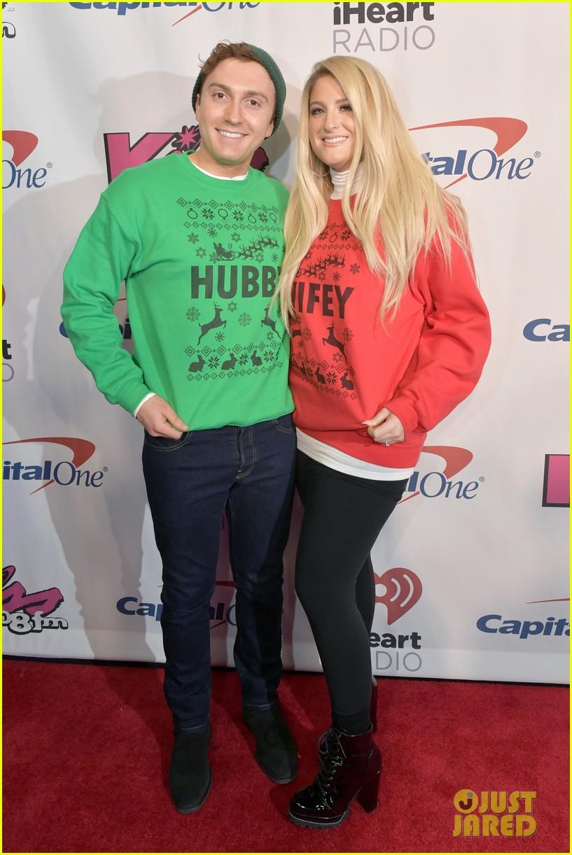 meghan trainor and daryl sabara sport matching wifey and hubby holiday sweaters jingle ball 014194046