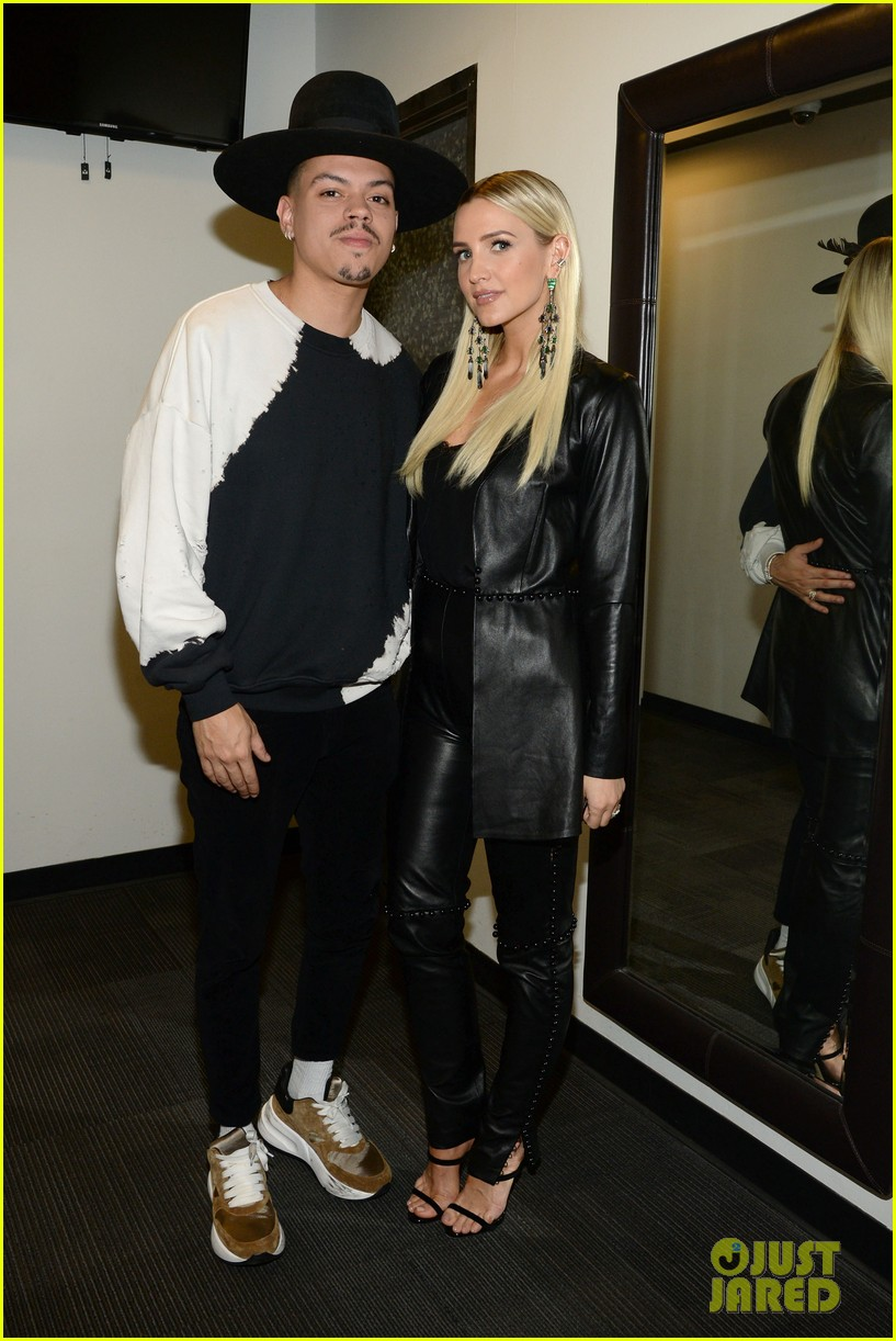 ashlee simpson evan ross share a kiss nyc concert 01