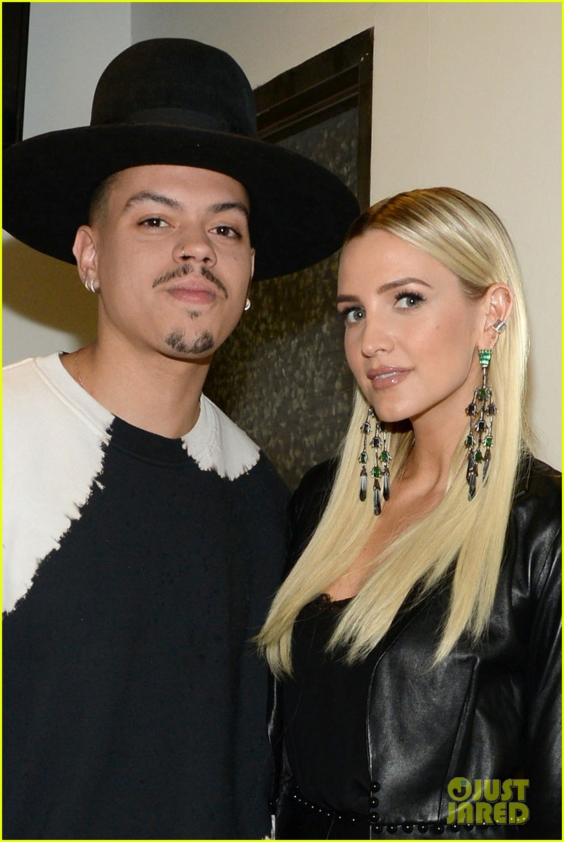 ashlee simpson evan ross share a kiss nyc concert 04