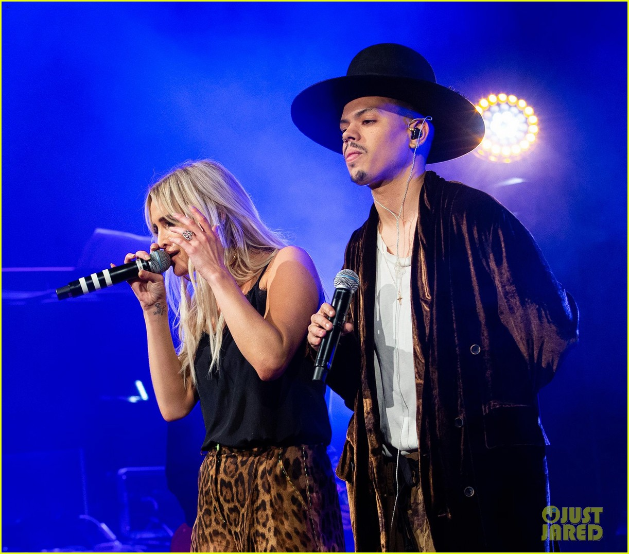 ashlee simpson evan ross share a kiss nyc concert 05