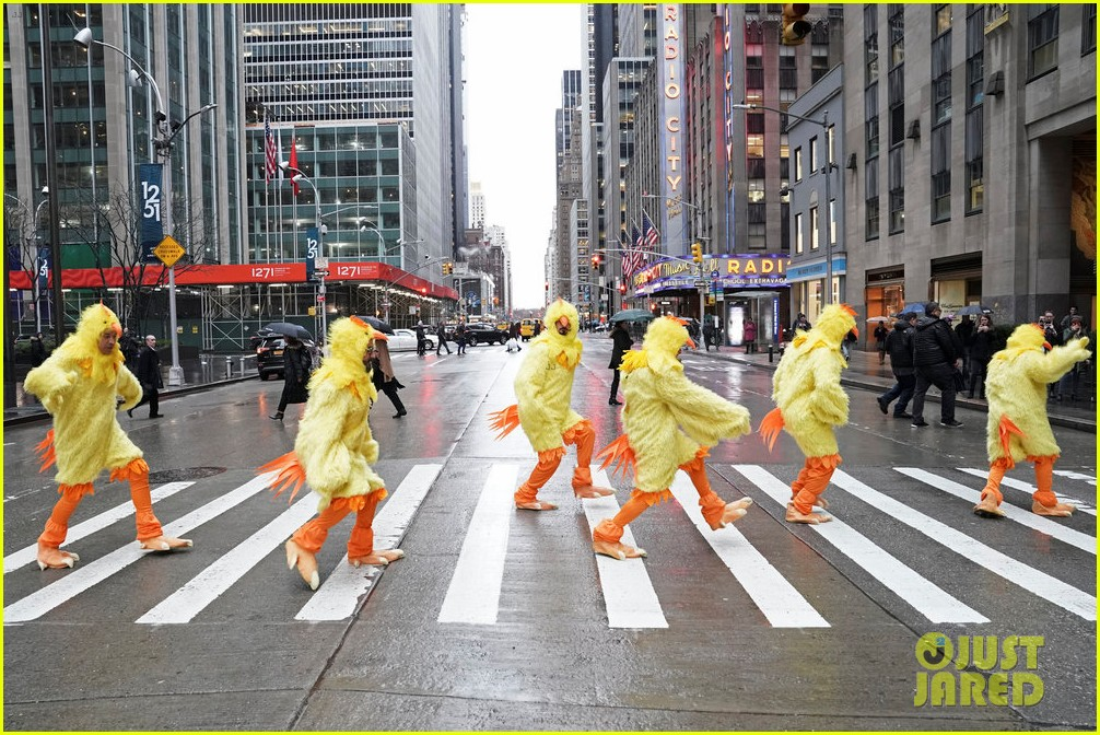 backstreet boys jimmy fallon perform hilarious all clucking rendition of everybody 024216446