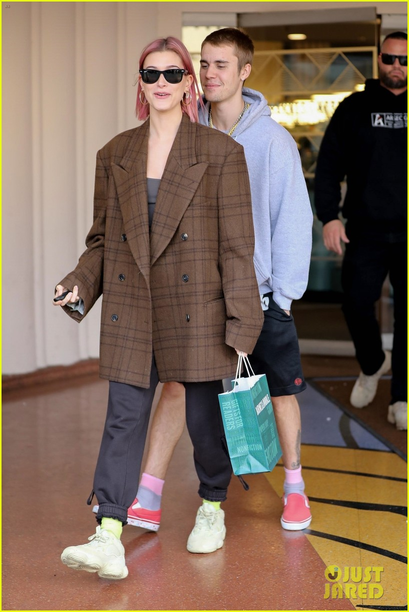 justin bieber hailey baldwin kiss after book shopping 18