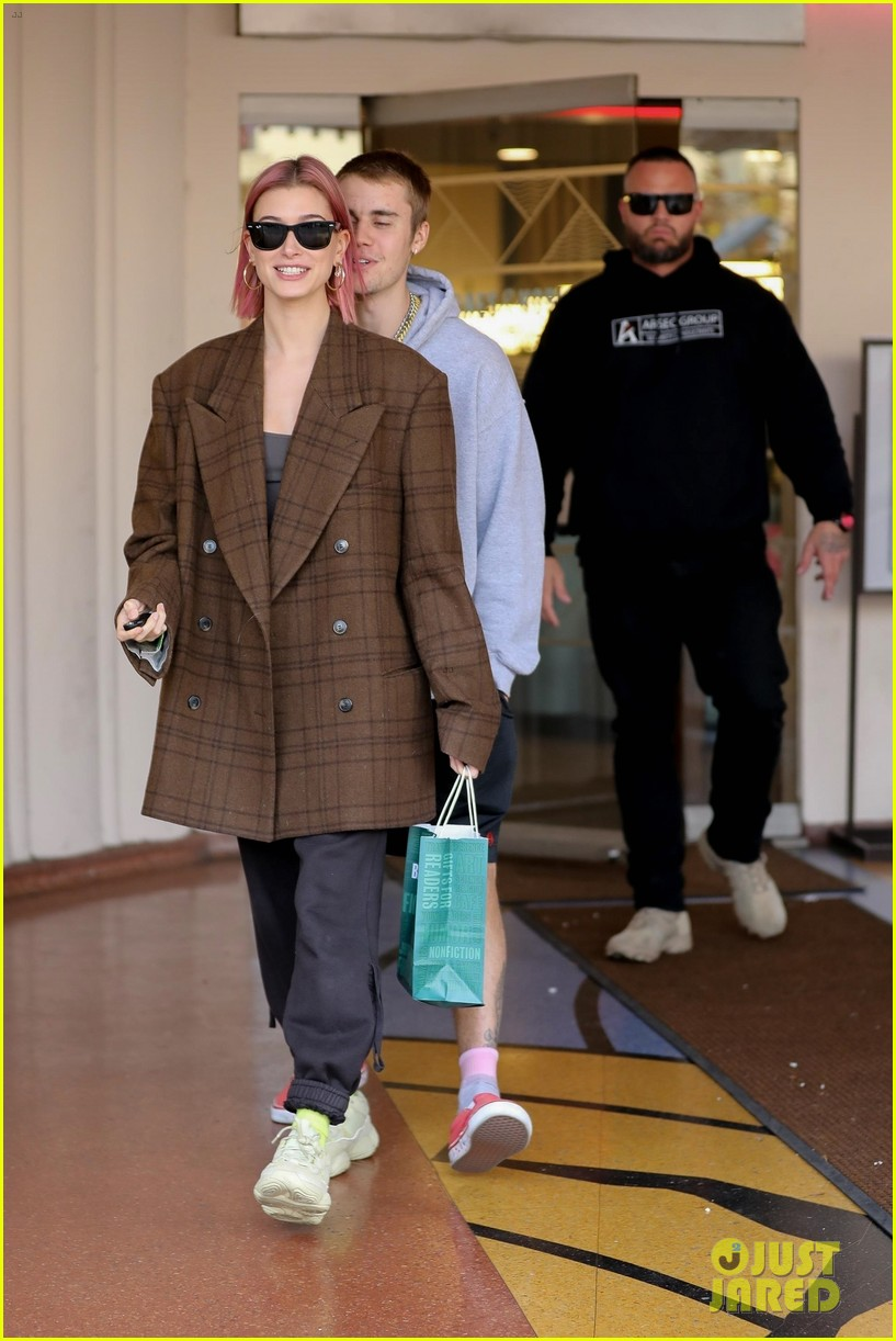 justin bieber hailey baldwin kiss after book shopping 19