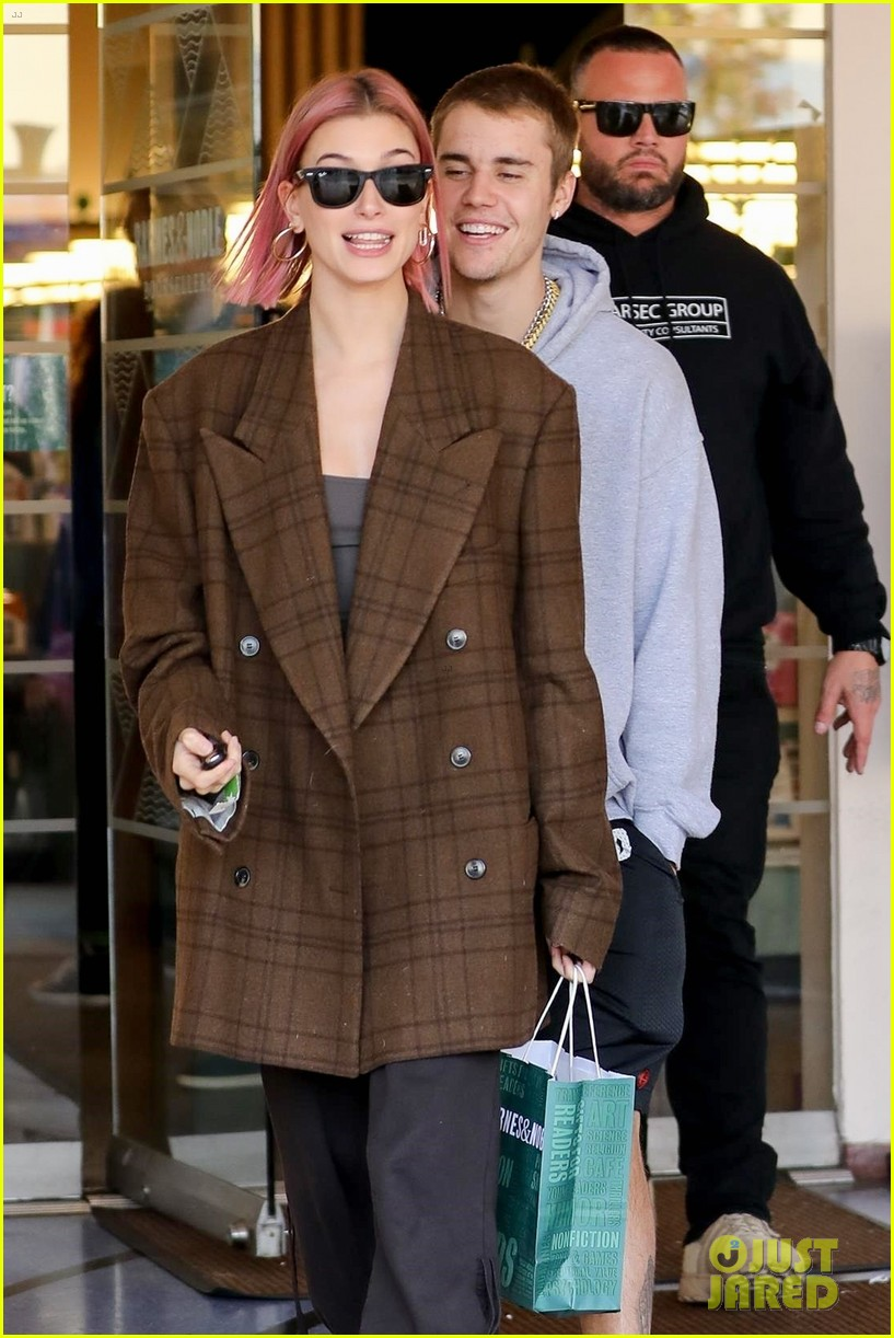 justin bieber hailey baldwin kiss after book shopping 20