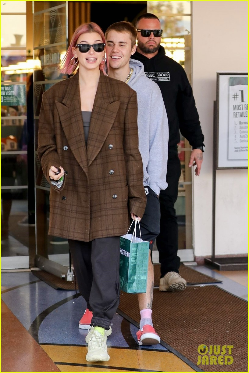 justin bieber hailey baldwin kiss after book shopping 21