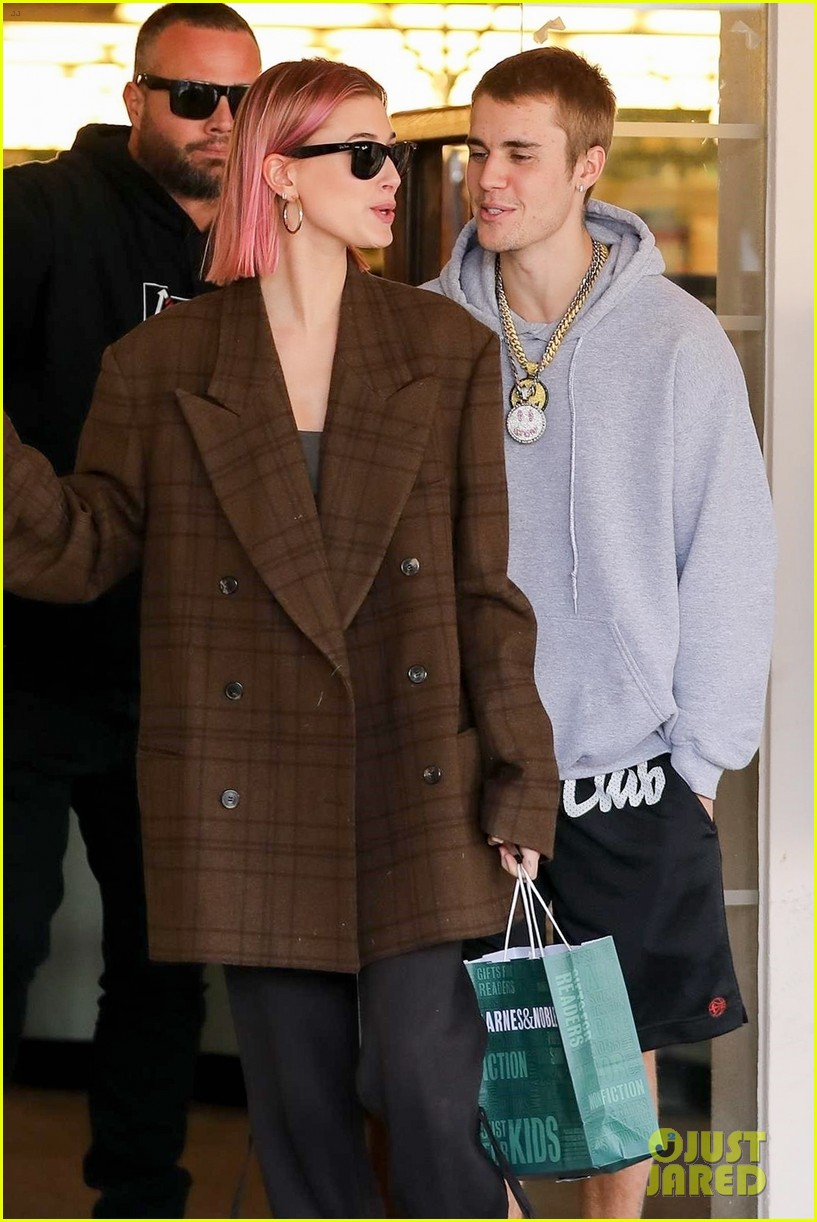 justin bieber hailey baldwin kiss after book shopping 22