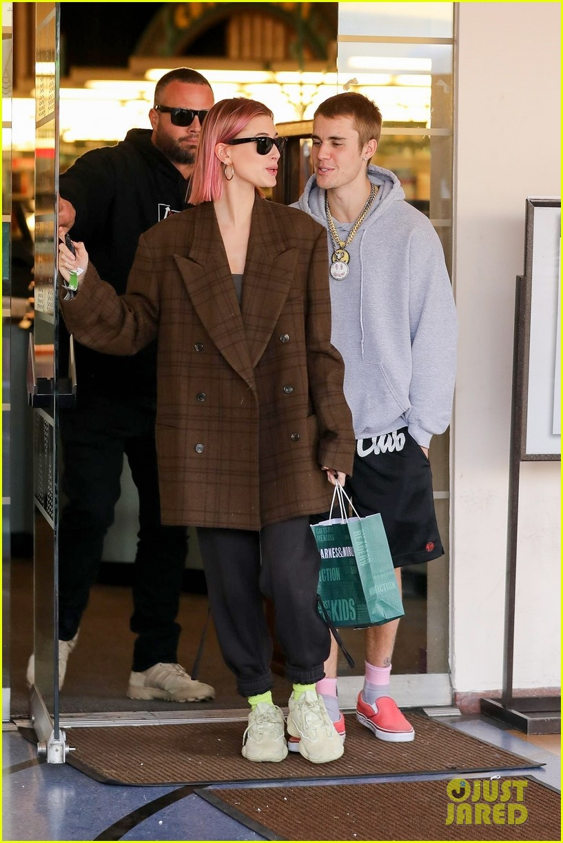 justin bieber hailey baldwin kiss after book shopping 23
