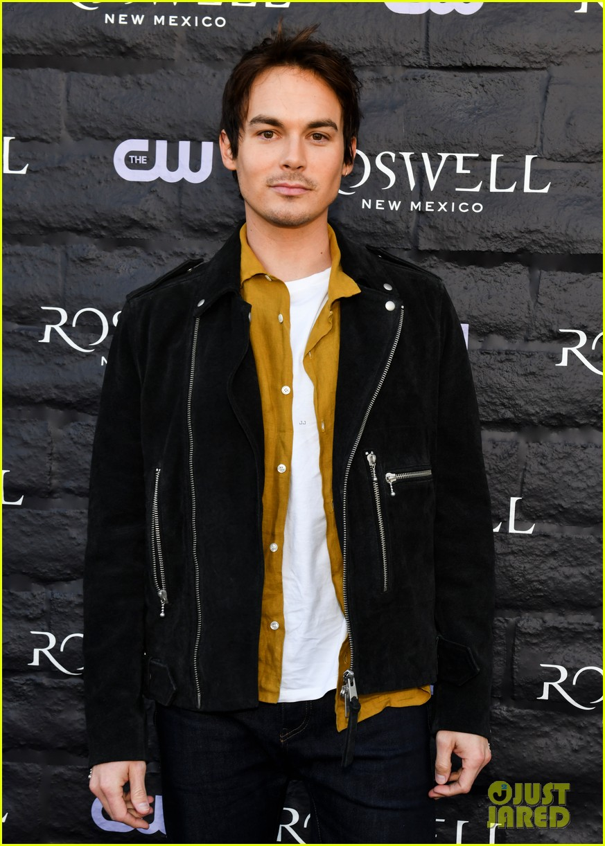 tyler blackburn joins jeanine mason nathan parsons at roswell new mexico premiere 034210010