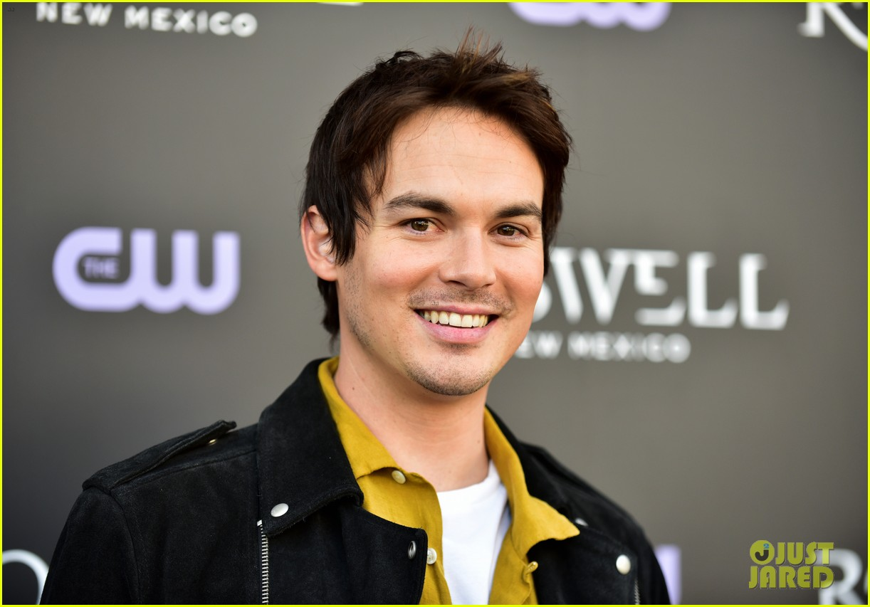 tyler blackburn joins jeanine mason nathan parsons at roswell new mexico premiere 11