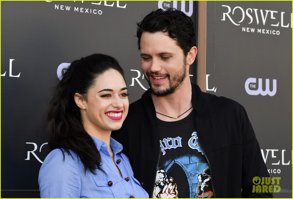 tyler blackburn joins jeanine mason nathan parsons at roswell new mexico premiere 13