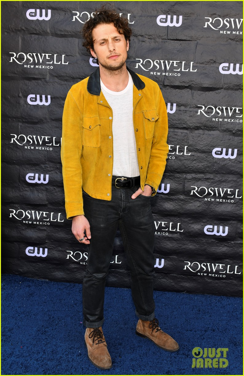 tyler blackburn joins jeanine mason nathan parsons at roswell new mexico premiere 15