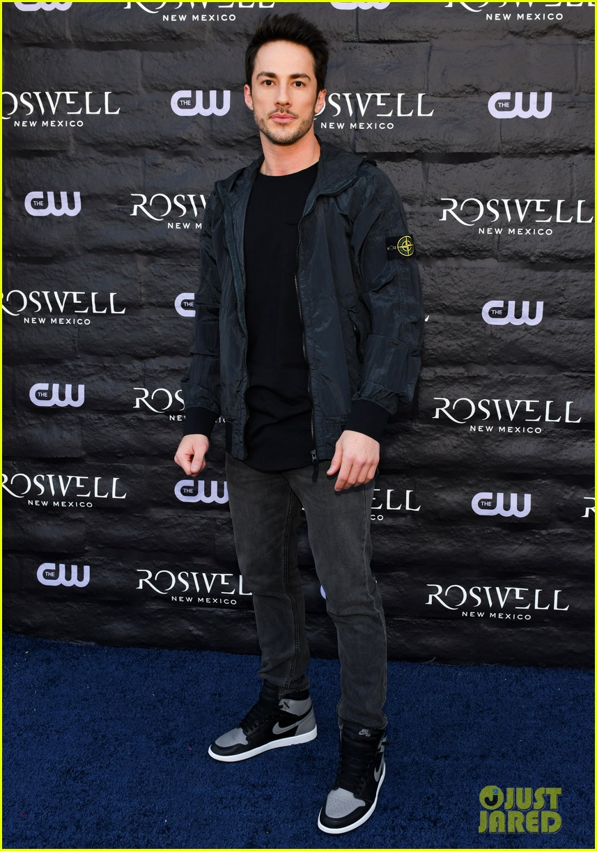 tyler blackburn joins jeanine mason nathan parsons at roswell new mexico premiere 16