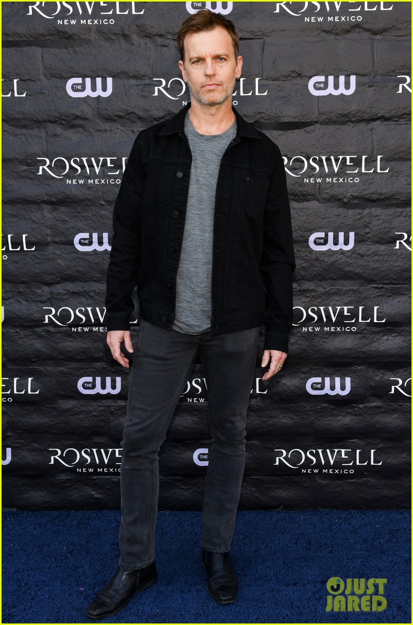 tyler blackburn joins jeanine mason nathan parsons at roswell new mexico premiere 18