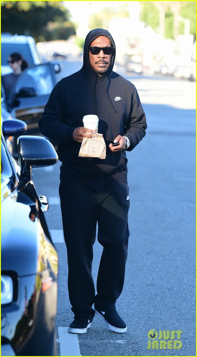 eddie murphy goes for coffee run in la 044214084
