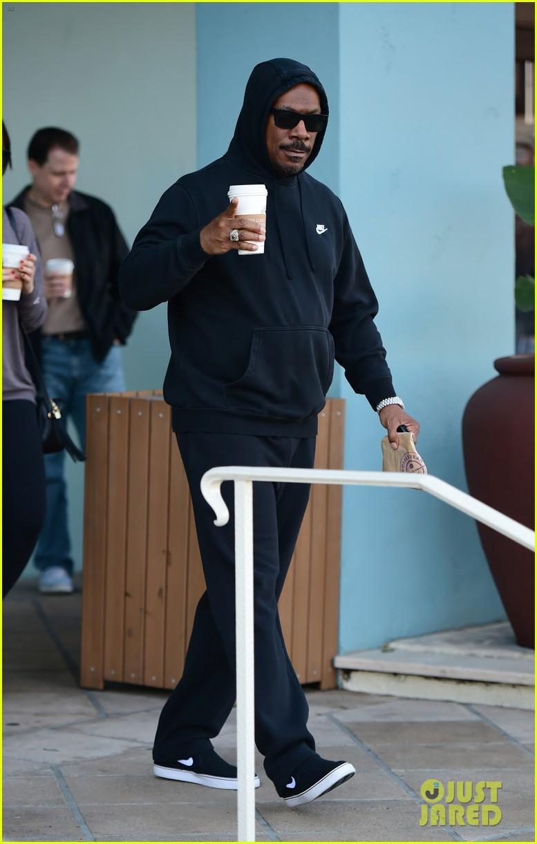 eddie murphy goes for coffee run in la 054214085