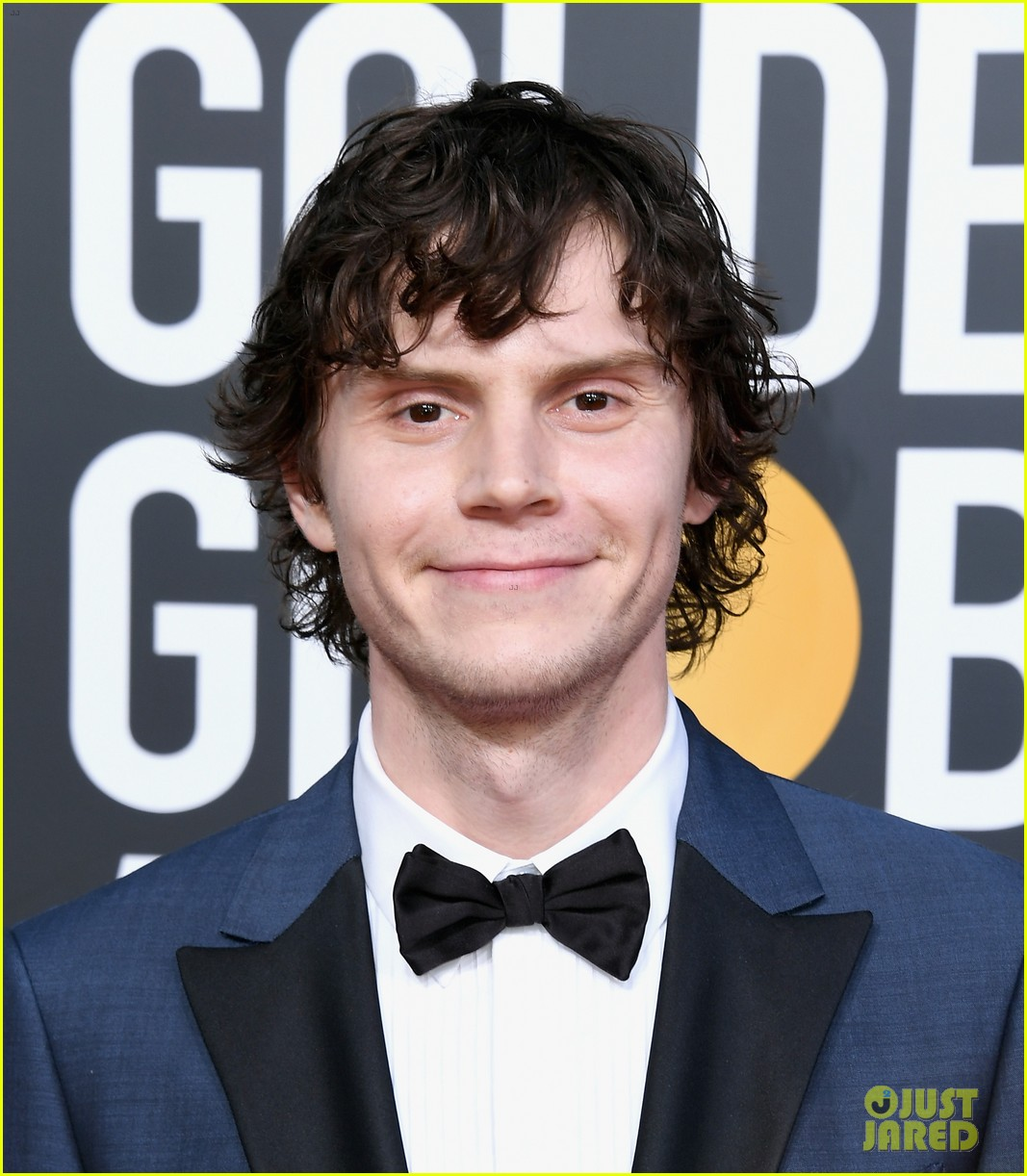 Evan Peters & Finn Wittrock Suit Up for Golden Globes 2019 ...