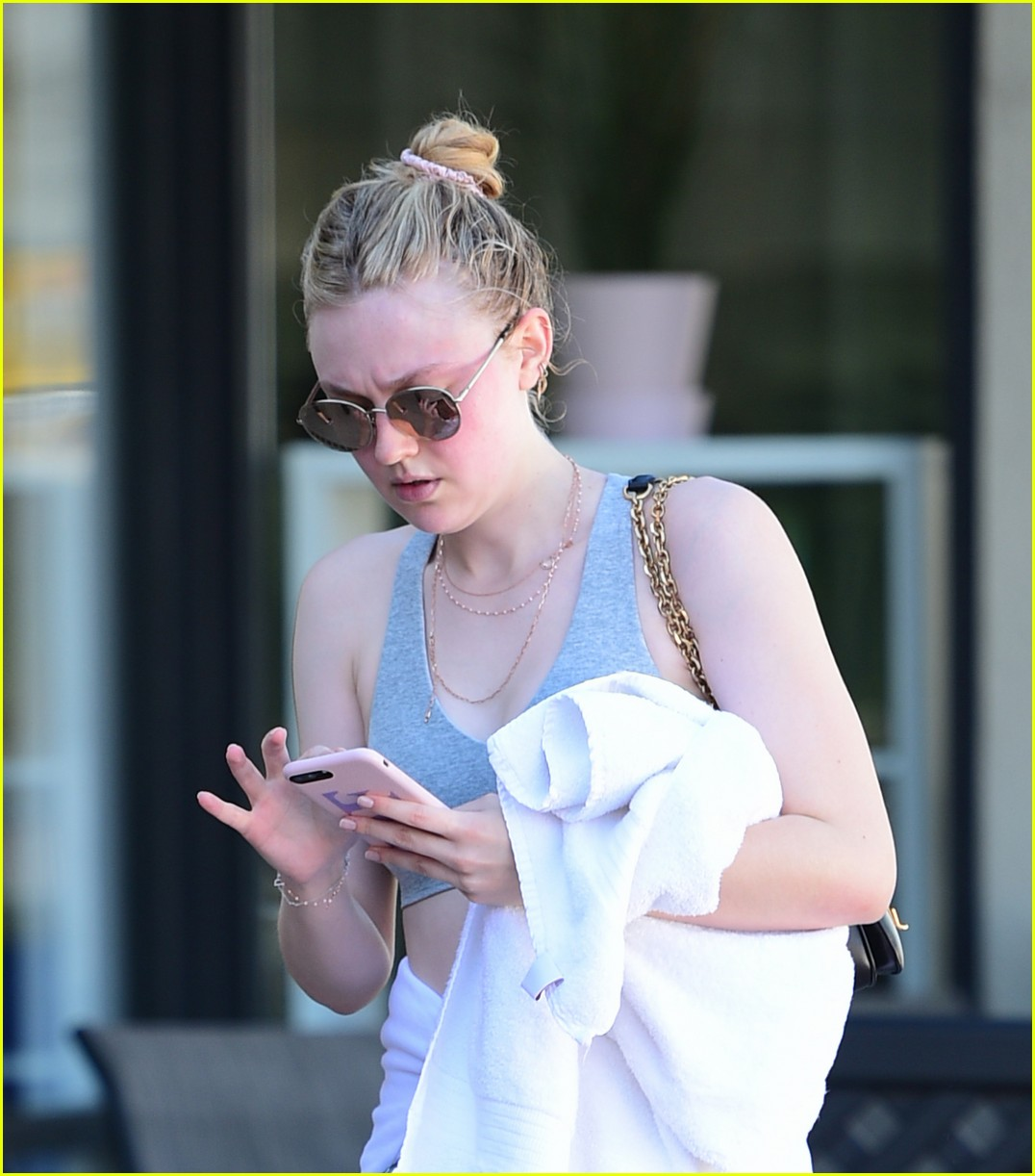 dakota fanning works out in la as sister elle steps out in nyc 06