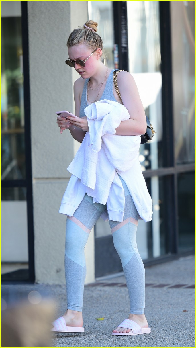 dakota fanning works out in la as sister elle steps out in nyc 08