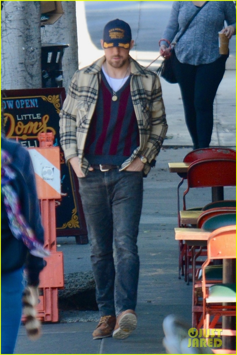 ryan gosling grabs solo lunch in los feliz 03