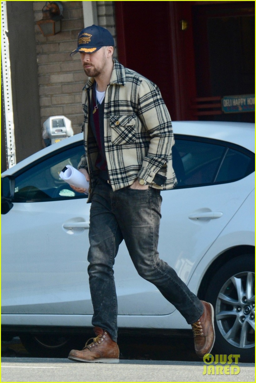 ryan gosling grabs solo lunch in los feliz 05