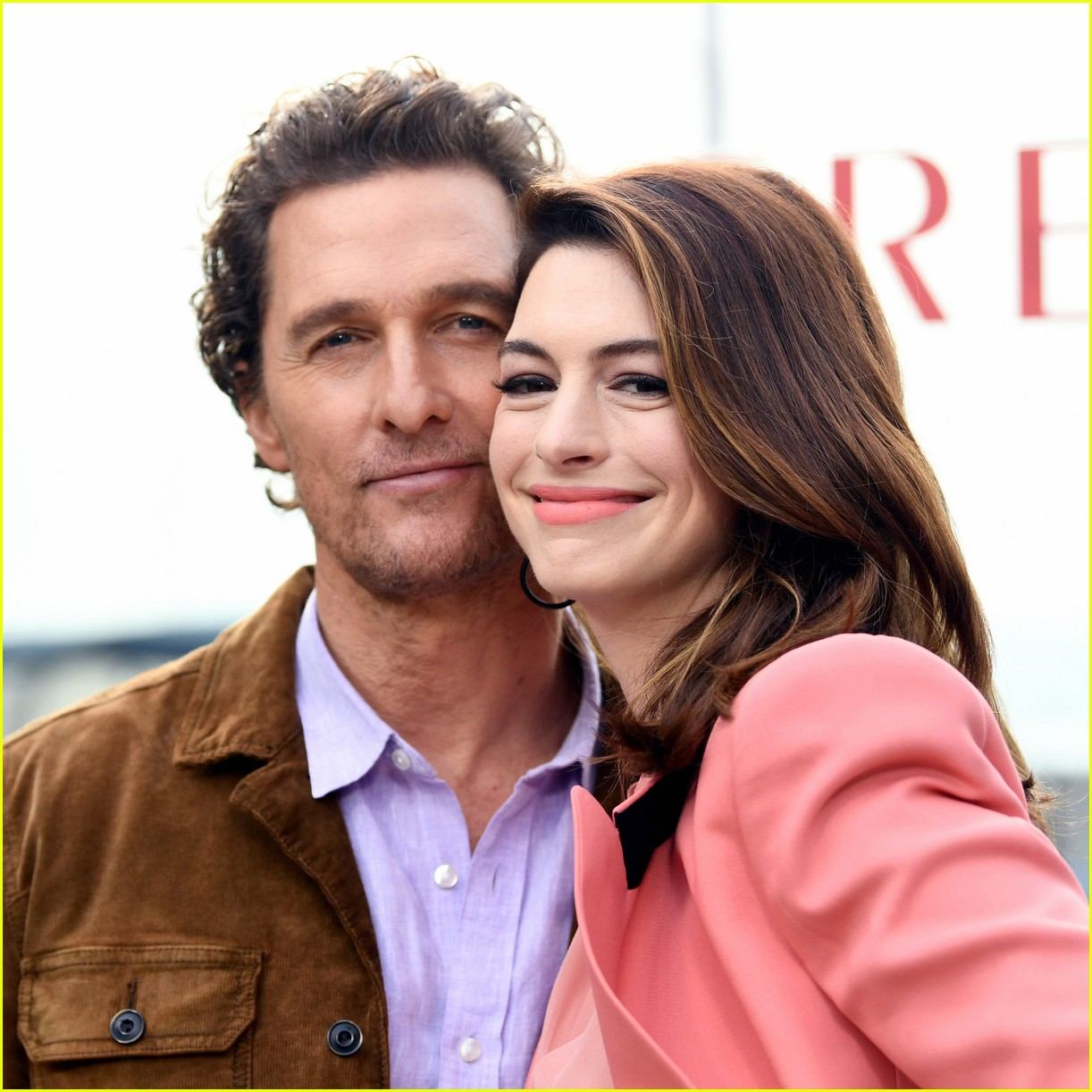 anne hathaway and matthew mcconaughey look sharp at serenity photo call 05
