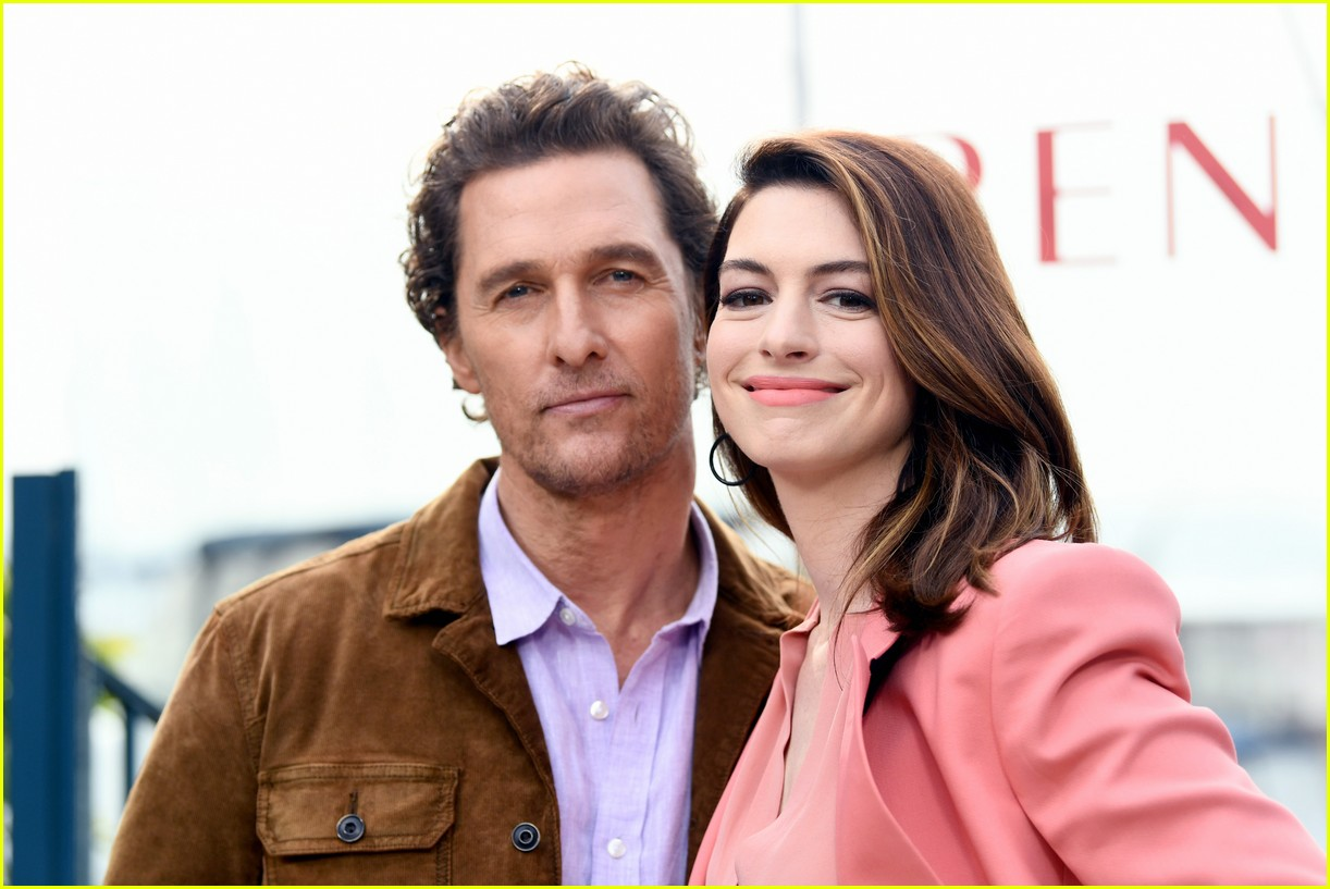 anne hathaway and matthew mcconaughey look sharp at serenity photo call 08