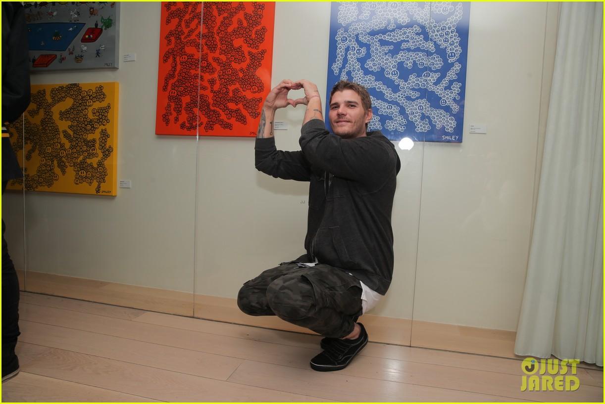 emile hirsch shiloh fernandez buddy up at matt smileys magic box exhibition launch 19