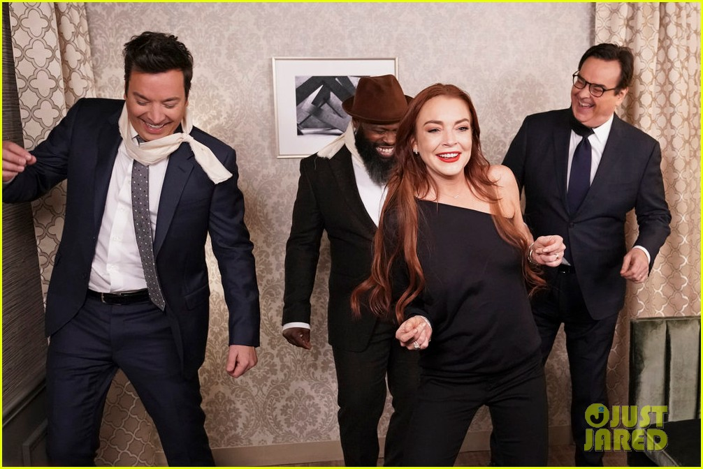jimmy fallon parodies bird box with lindsay lohan in hilarious new skit 014208794