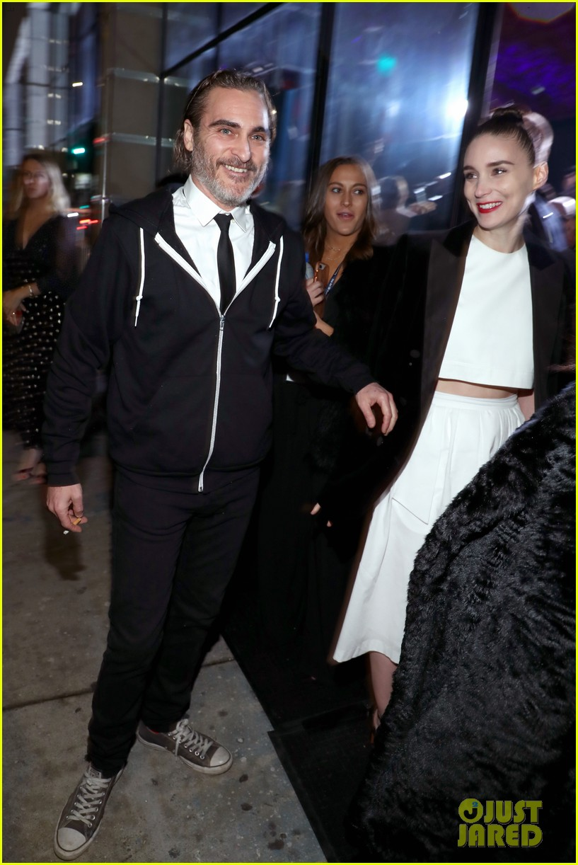 rooney mara joaquin phoenix pose together at art of elysium event 04
