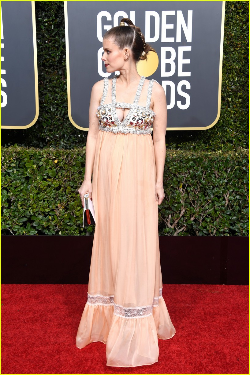 kate mara is pretty in a peach gown at golden globes 2019 034207364