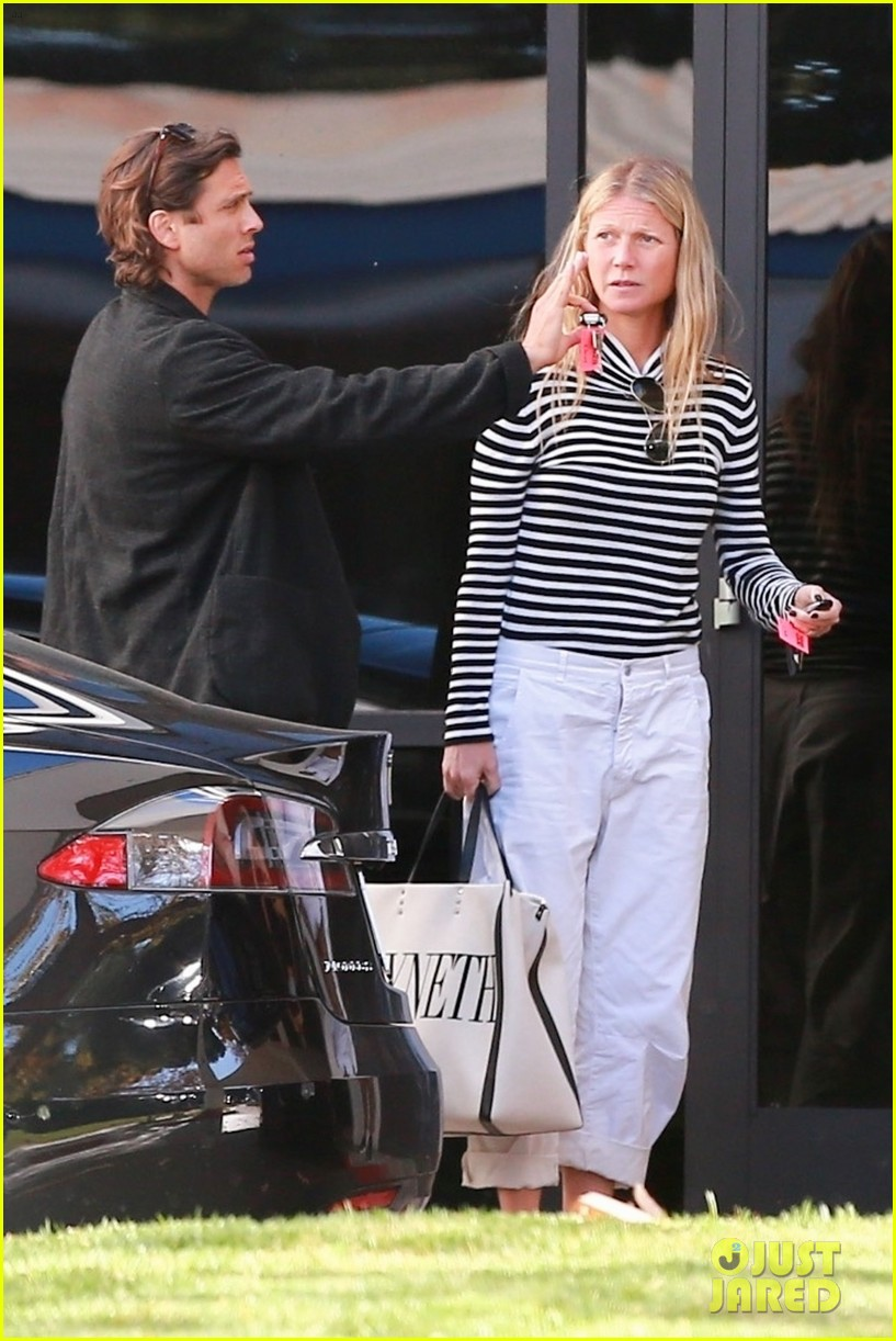 gwyneth paltrow husband brad falchuk private plane 014214792