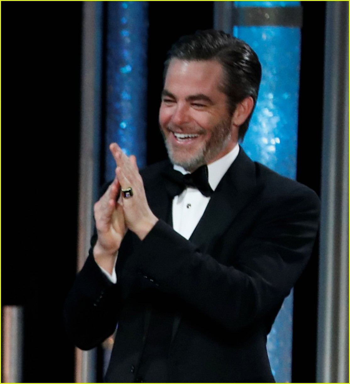 chris pine presents jeff bridges with cecil b demille award at golden globes 2019 054207520
