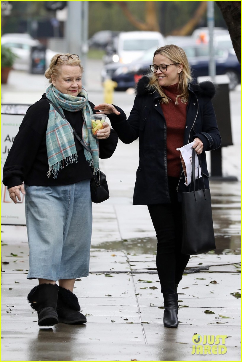 reese witherspoon lunch with her mom betty 05