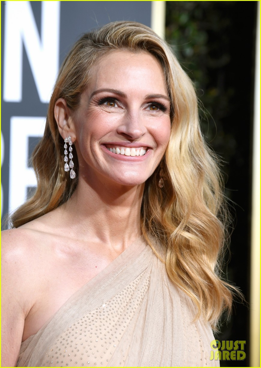 Julia Roberts Flashes Her Signature Smile At Golden Globes