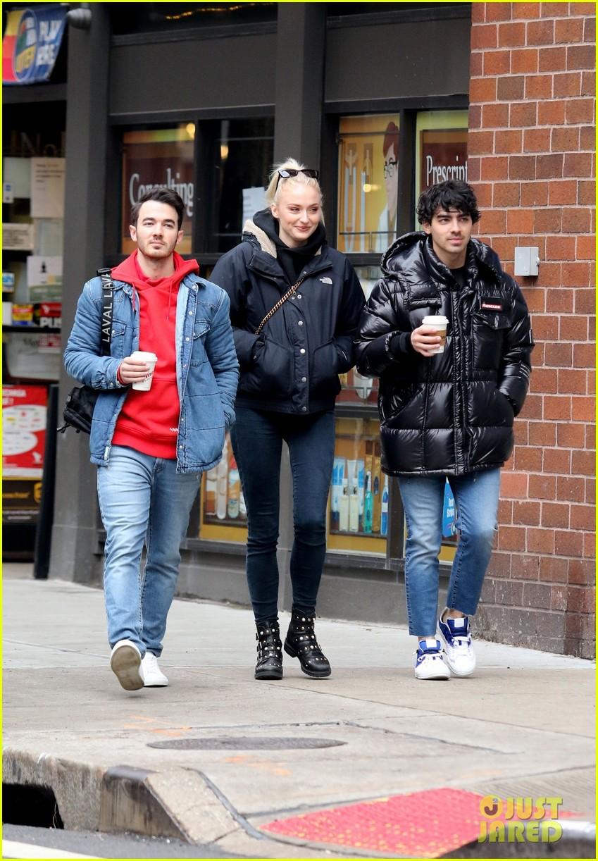 Sophie Turner Amp Joe Jonas Hang Out With Kevin Jonas In Nyc