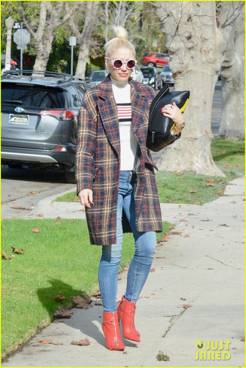 gwen stefani struts her way to church in los angeles 034214342