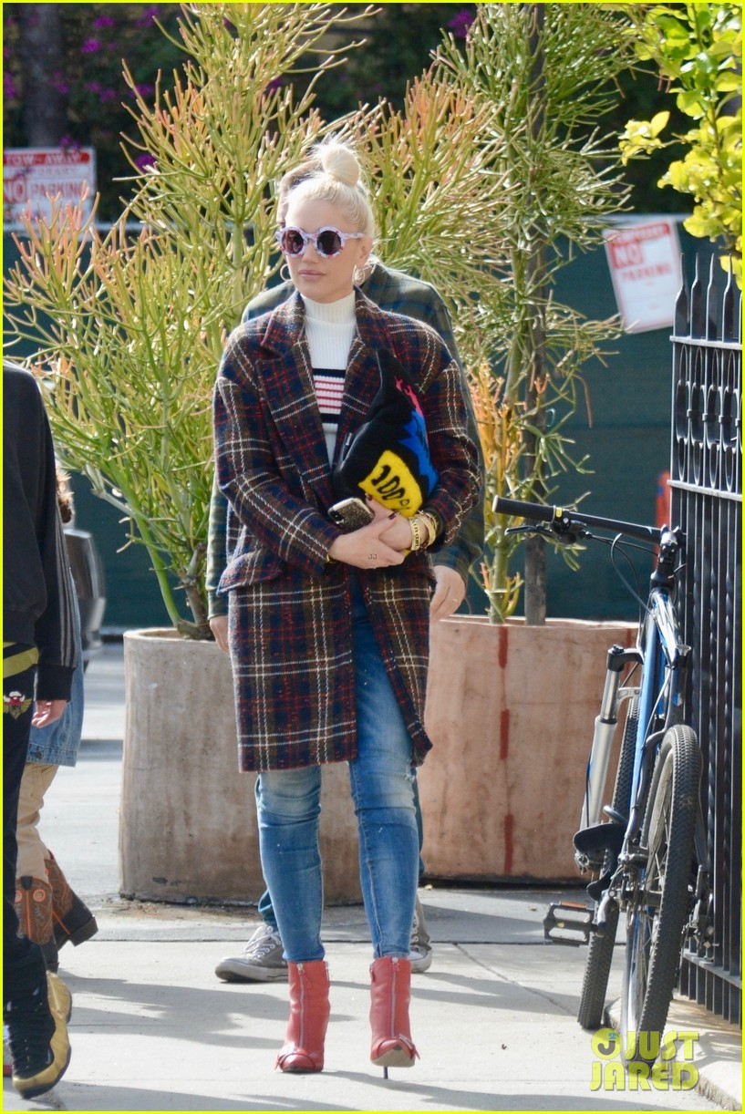 gwen stefani struts her way to church in los angeles 054214344