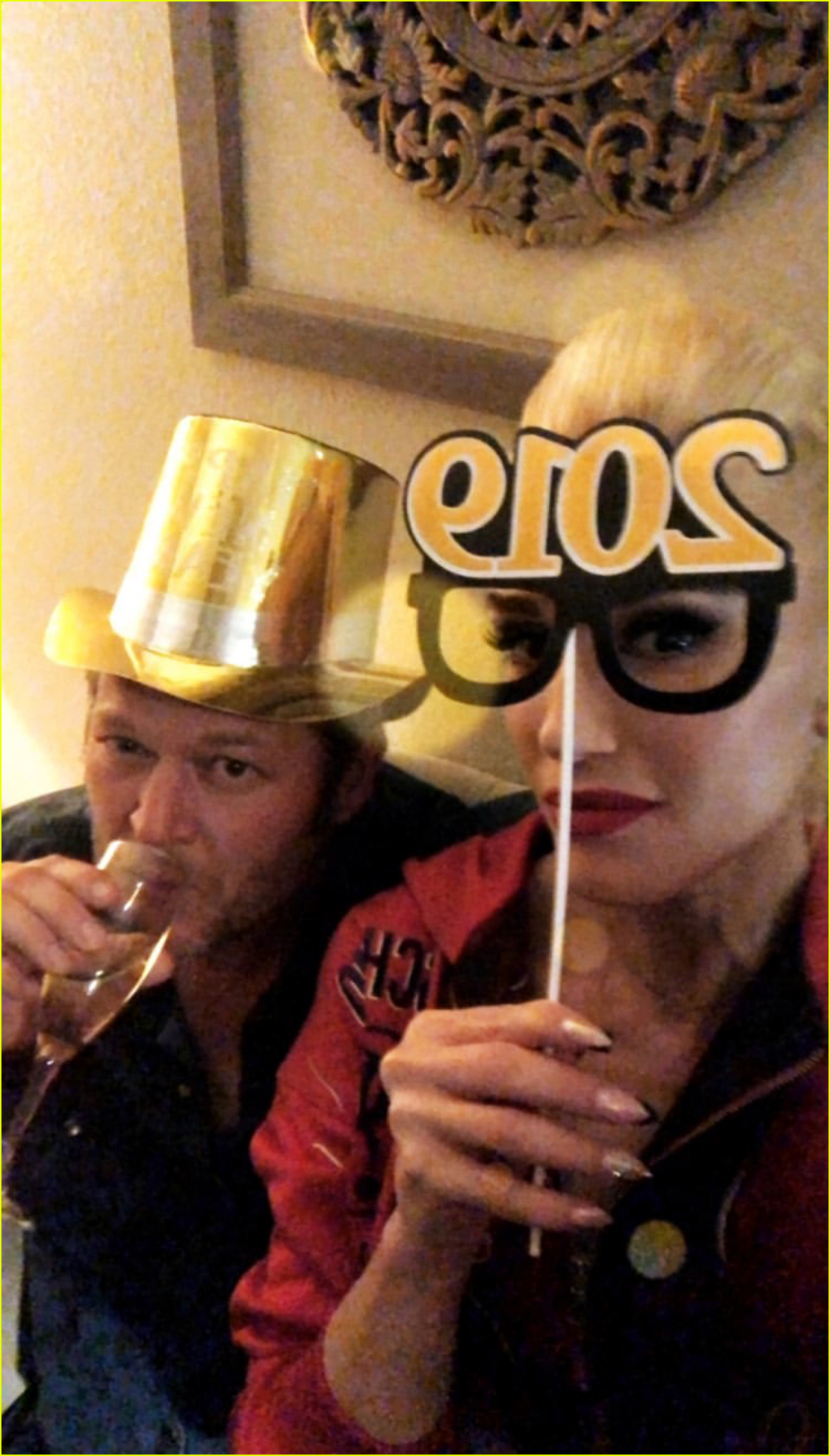 gwen stefani blake shelton share new years eve kiss 034204175