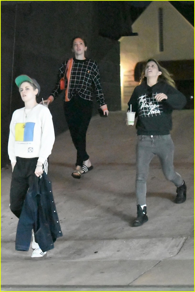 kristen stewart and sara dinkin kiss on their way to workout class 034210303